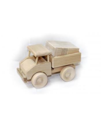 Drevený nákladiak s kockami.