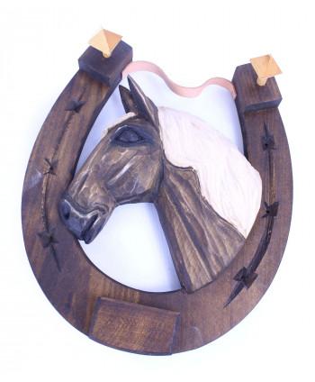 Drevená podkova s vyrezávaným koňom